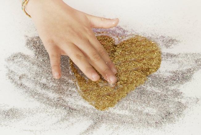 Убираем после Валентина: как очистить блестки слюбых поверхностей?