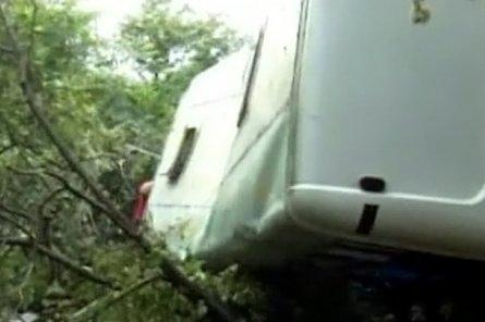 В Грузии автобус сорвался в пропасть; не менее 17 погибших