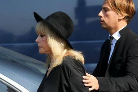 Жуть: чёрную от горя Пугачёву держали под руки у гроба Жванецкого