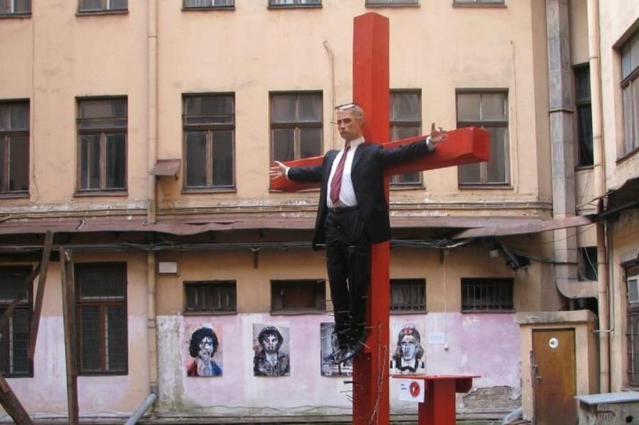 Фигура Путина водворе бывшего здания КГБ Латвийской ССР