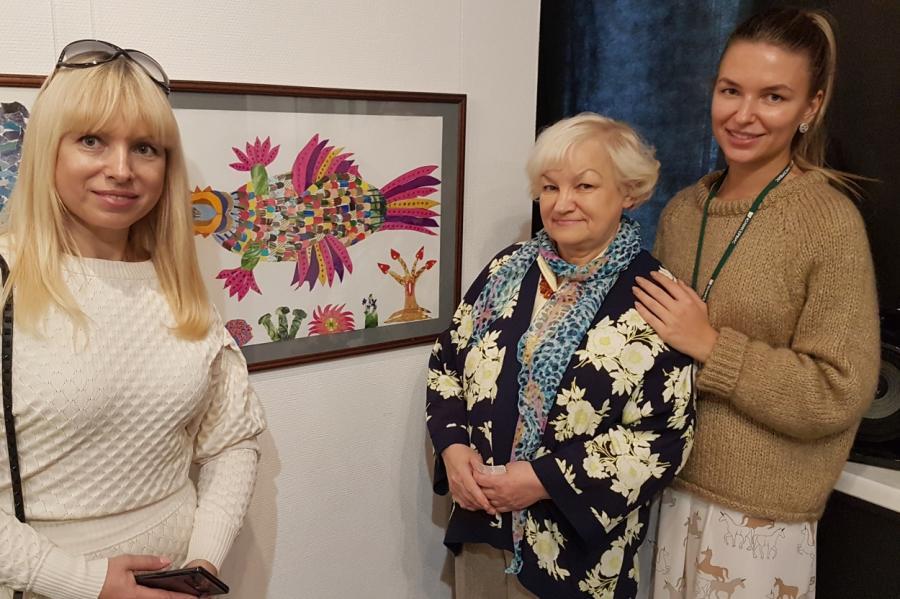 Наталья Феоктистовна Цыганкова (вцентре) сдочерью Ларисой (слева) ивнучкой Валерией.
