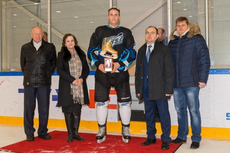 Внаграждении победителей VIРождественского турнира похоккею принимала участие имама Сергея Жолтока— Джения.