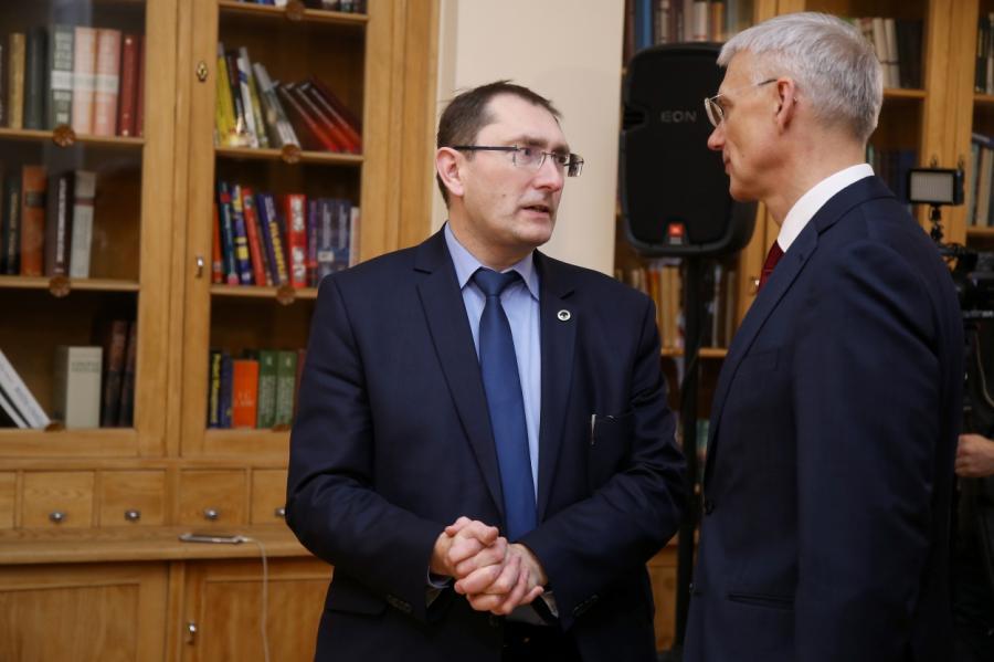 Министр Линкайтис объясняет премьеру Кариньшу приоритеты отрасли.