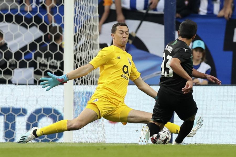 Магомед-Шапи Сулейманов забивает второй гол вворота «Порту».