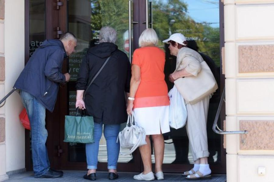 Обманутые вкладчики удверей PNB Banka вРиге, фото LETA