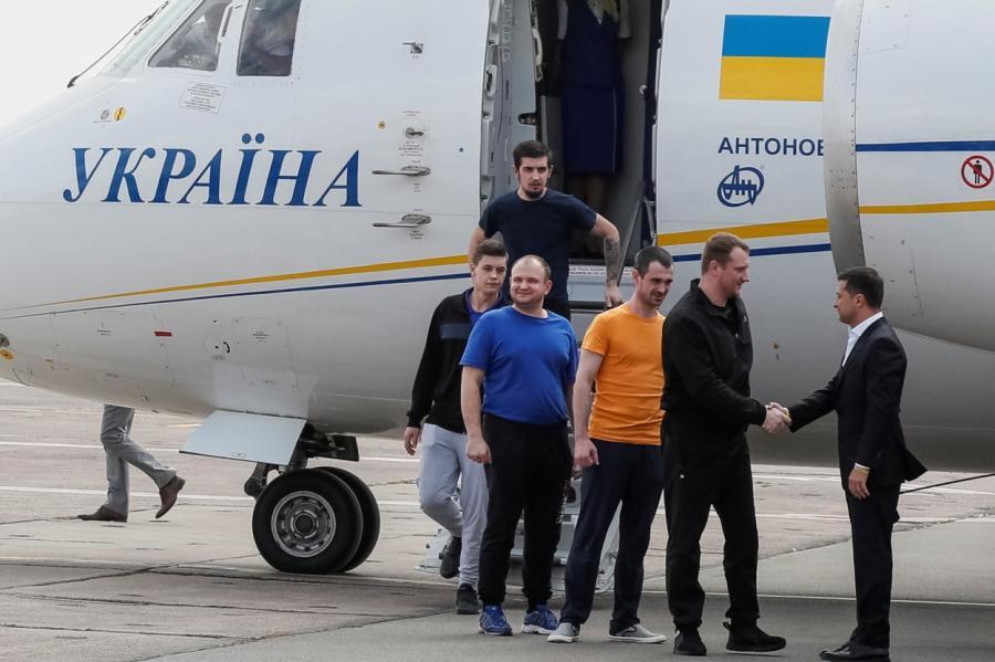 Встречать украинских заключенных приехал президент Владимир Зеленский.