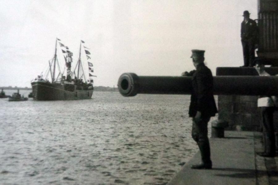 Пароход «Саратов» под охраной союзного калибра— метафора Латвии.