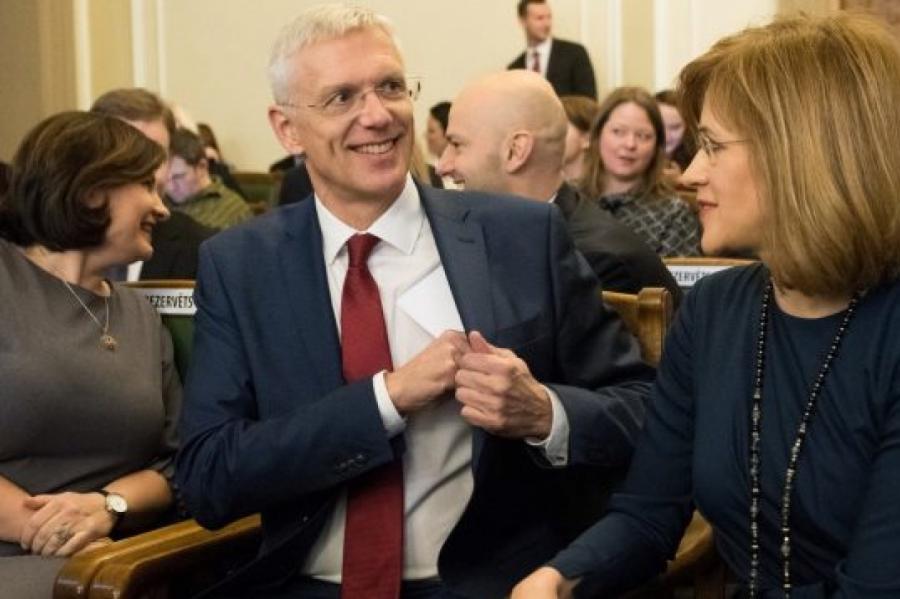 Премьер-министр Латвии Кариньш проверяет свой карман, фото LETA