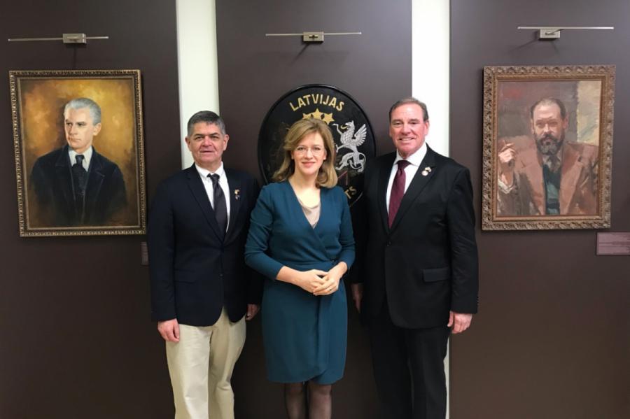 Ну как можно отказать такой эффектной даме? На фото: З. Калниня-Лукашевица и два американских конгрессмена. Фото - МИД ЛР