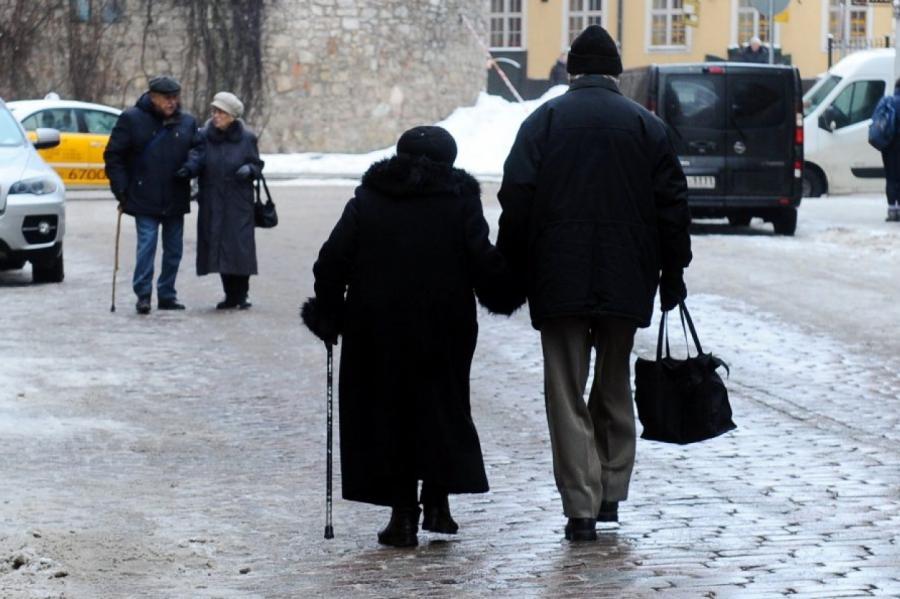 Низкий уровень продолжительности жизни почему-то не мешает поднимать в Латвии пенсионный возраст, фото LETA