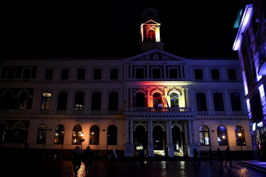 В суботу в честь падения коммунизма здание рижской Ратуши было окрашено в цвета флага Германии.