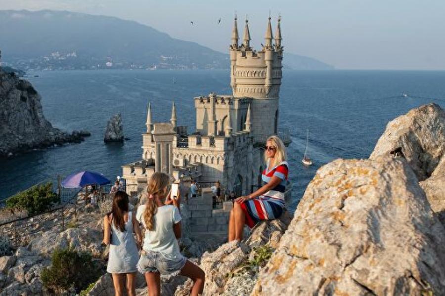 """""""Ласточкино гнездо"""" в Крыму, фото: риа новости"""