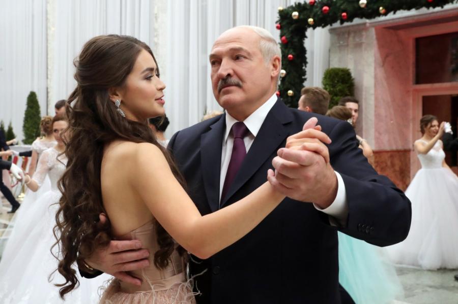 А.Лукашенко танцует со своей новой пассией. Фото 2018 года.