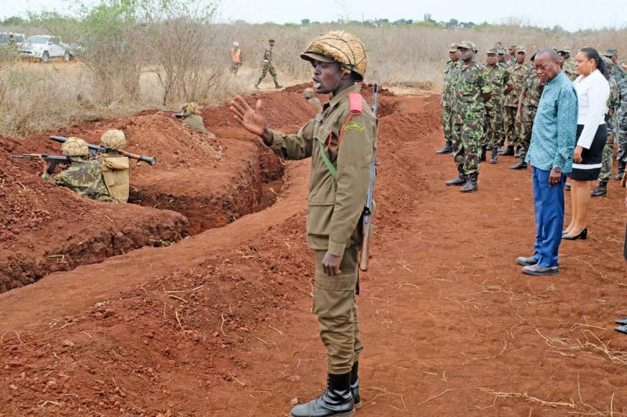 Министр обороны Мозамбика Атанасио Мтумук (справа) инспектирует армию.