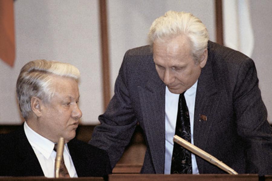 Первый президент России Борис Ельцин (слева) и руководитель администрации Сергей Филатов (справа) Фото: РИА Новости