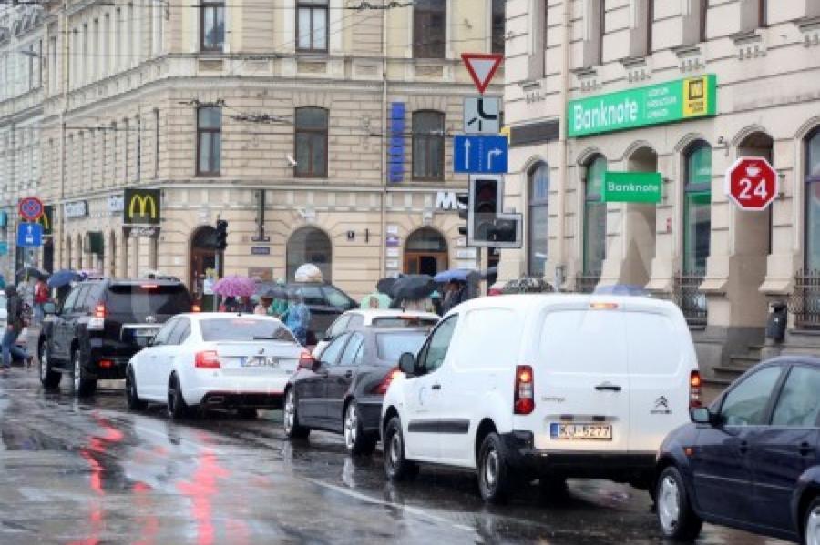 """Автомобили продолжат """"гнать"""" из центре Риги, фото LETA"""