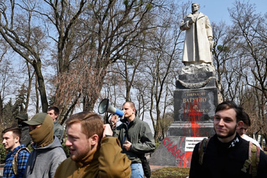 Памятник генералу Николаю Ватутину в Киеве, облитый красной краской представителями националистической организации «С14». Архивное фото Фото: РИА Новости