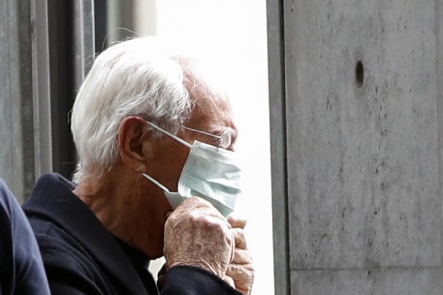 Джорджо Армани прибыл в маске на свой показ на Неделе моды в Милане.