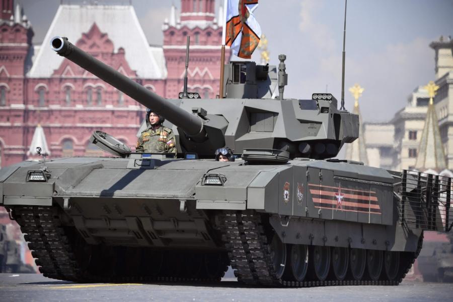 """Танк T-14 """"Армата"""" на параде в Москве."""