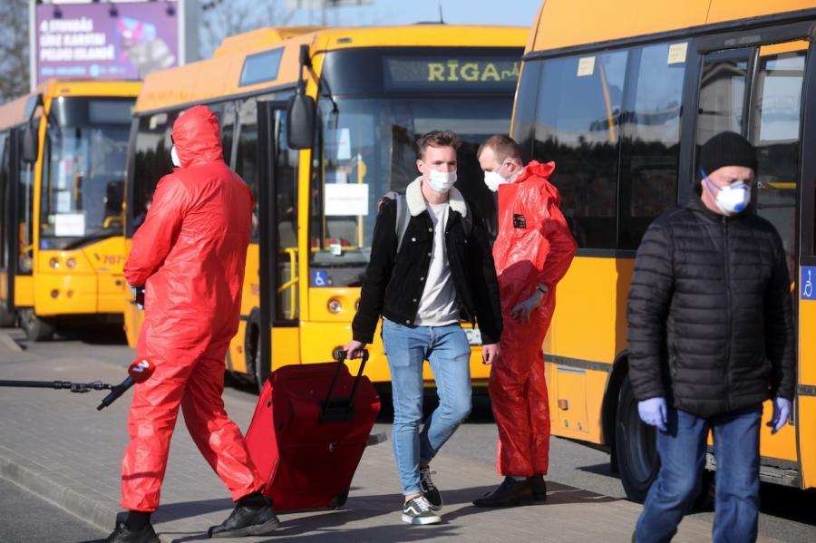 Автобусы отвезли людей, которые должны быть на карантине по приезду в Латвию, в самый центр Риги и... всех выпустили! Добирайтесь домой.... как? Иллюстративное фото: LETA