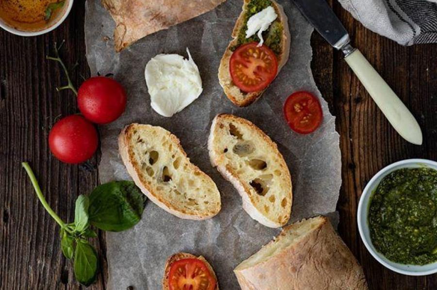 Домашняя чиабатта с томатами и сыром