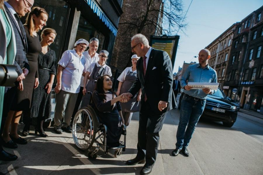 Президент Латвии Левитс на открытии кафе, фото: страница кафе в facebook