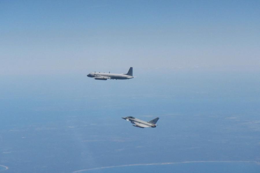 Британский истребитель Typhoon сопровождает российский самолет Ил-20 над Балтийским морем 2 июня 2020 года. Фото Королевских ВВС.