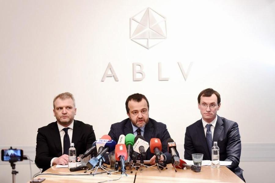 Бывшие владельцы банка ABLV - Олег Филь (слева) и Эрнест Бернис (в центре).