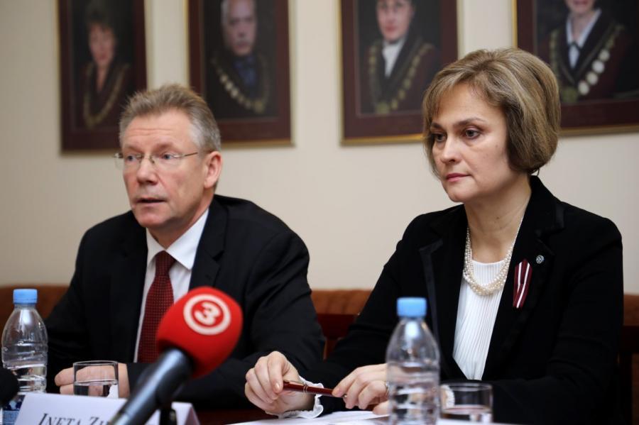 Cудья КС Гунарс Кусиньш и председатель Инета Зиемеле всегда в центре внимания.