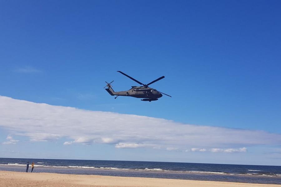 Кто компенсирует отдыхающим в Вецаки ущерб от шума американского военного вертолета Blackhawk, летавшего над пляжем в среду? (фото fb)