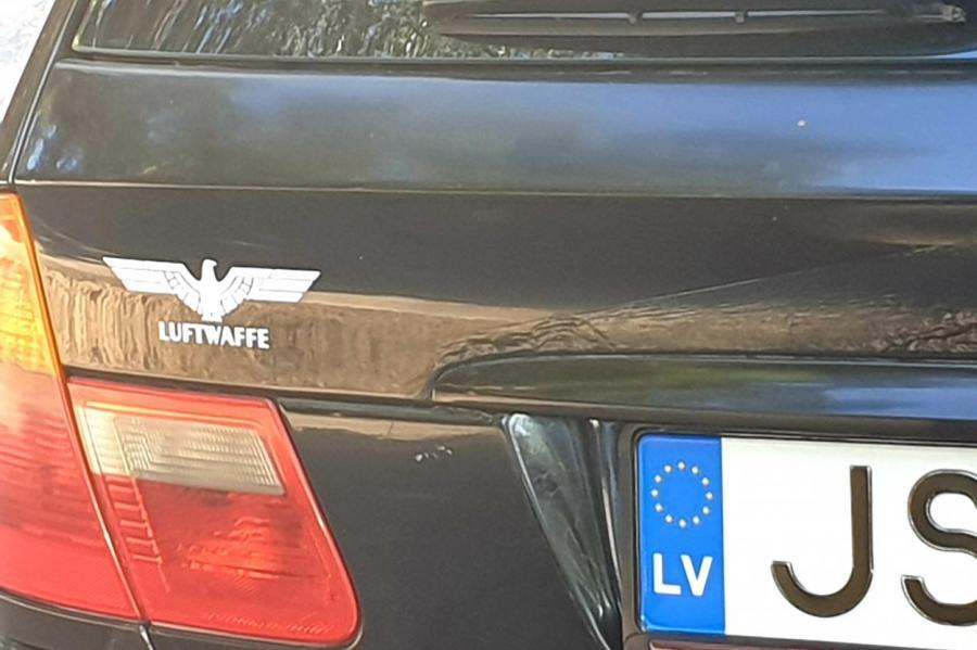 Автомобилист в Латвии гордится своей принадлежностью к «Люфтваффе» со стилизованным орлом Третьего Рейха? Что бы это значило...