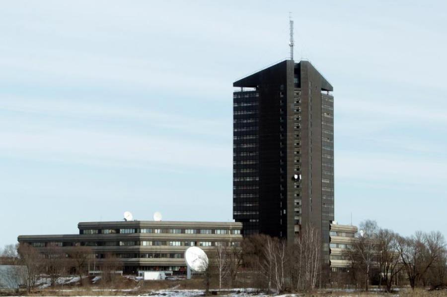 В здании на Закюсале государственному телевидению уже тесно?