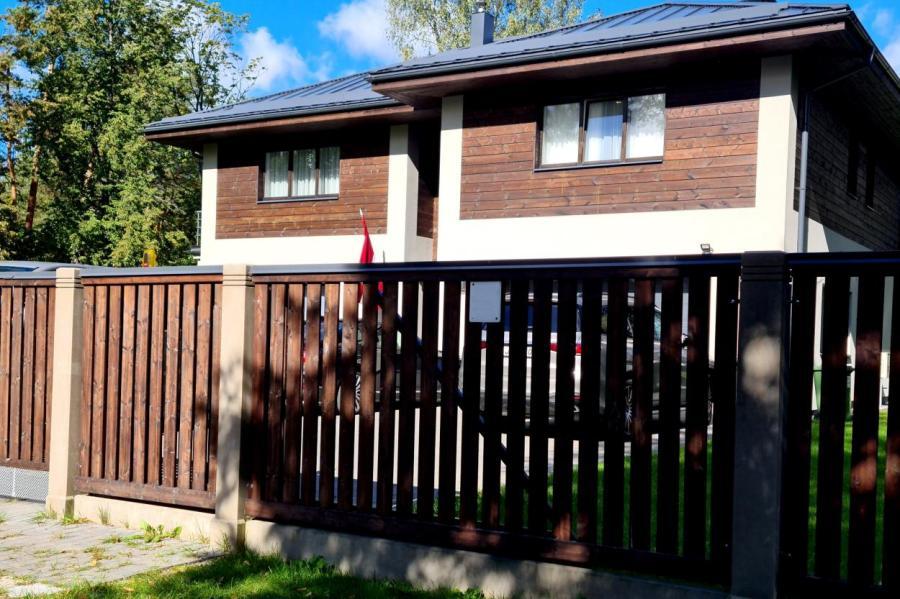 Дом в Лангстини, где в воскресенье был ограблен и убит адвокат Ребенокс.