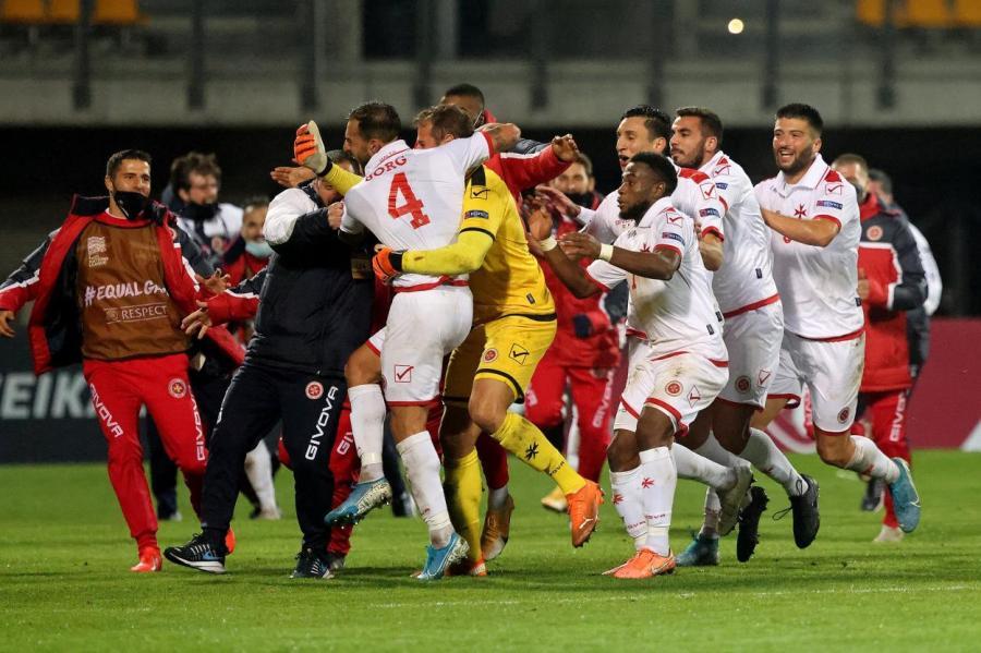 Не наша радость… Победный мяч в Риге отмечают футболисты сборной Мальты.
