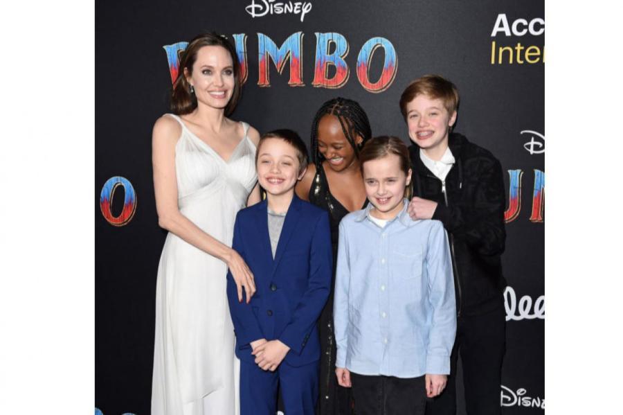 Анджелина Джоли с детьми Ноксом, Вивьен, Захарой и Шайло  Источник фото: Getty Images