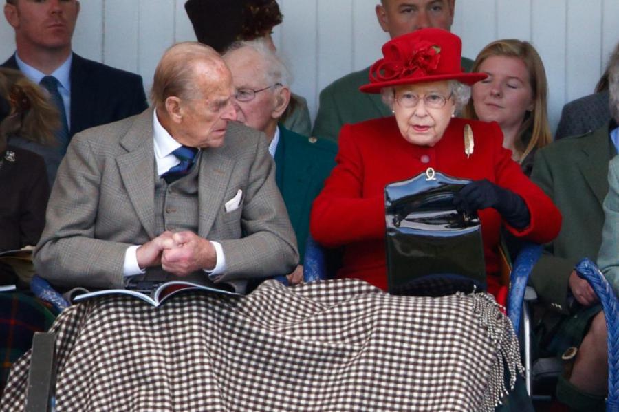 Принц Филипп и королева Елизавета II с сумкой Launer  MAX MUMBY/INDIGO/GETTY IMAGES