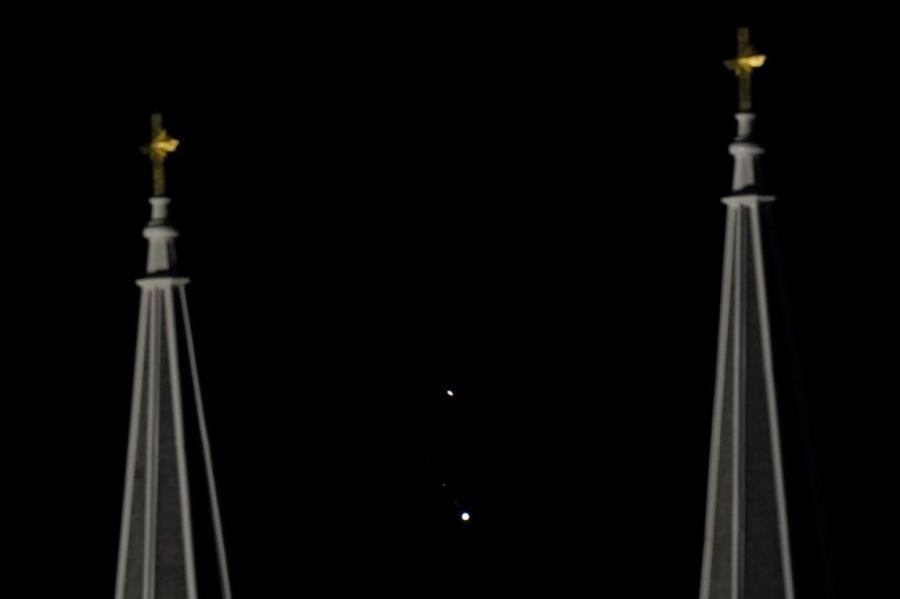Фотография сделана в США. Сатурн - наверху, под ним - Юпитер.