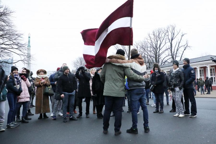 Митинг против ограничивающих свободу жителей действий властей в центре Риги —при минимуме социальной поддержки, что заставляет людей выживать, фото LETA