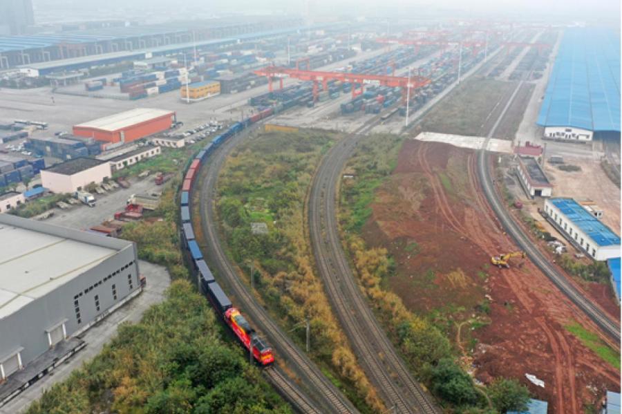 1 января 2021 года, грузовой поезд готовится к отправлению на станции Туаньцзецунь в г. Чунцин на юго-западе Китая в немецкий город Дуйсбург. /Фото: Синьхуа/