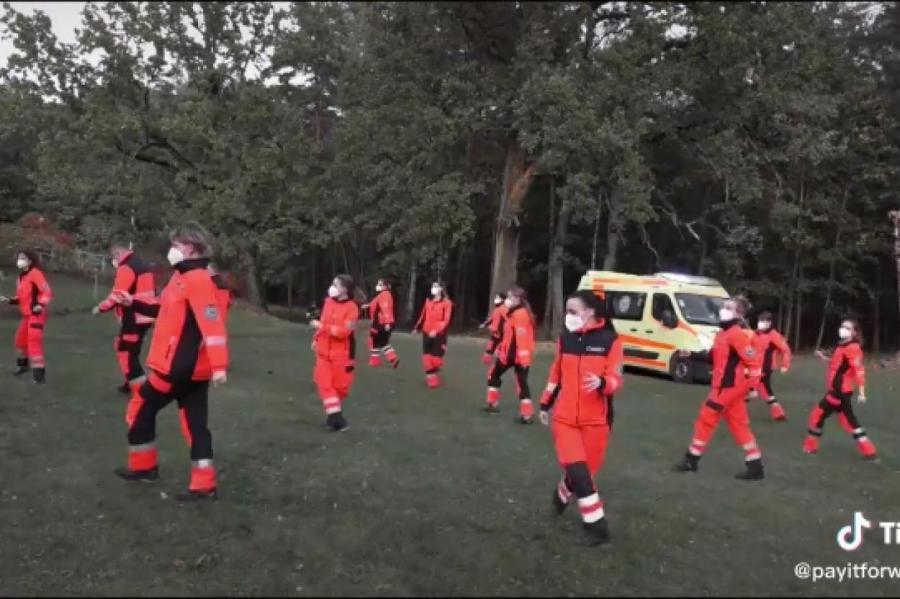 скриншот: tiktok, танец работников латвийской «скорой», видео в конце публикации