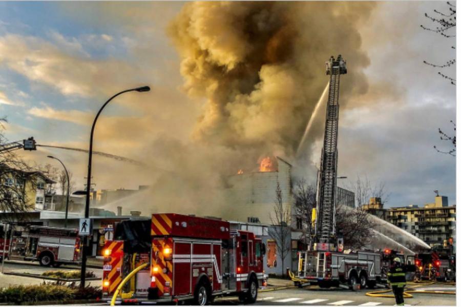 Городская пожарная служба Северного Ванкувера тушит пожар в Ложе Герцога Коннахта № 64 (Масонский центр Северного Ванкувера) по адресу 1142 Lonsdale Ave во вторник, 30 марта 2021 г. (RCMP Северного Ванкувера)