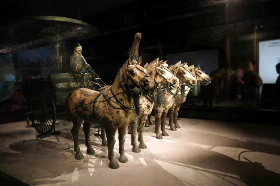 Бронзовая колесница императора Китая Цинь Шихуанди, запряжённая лошадьми, из знаменитой Терракотовой армии.