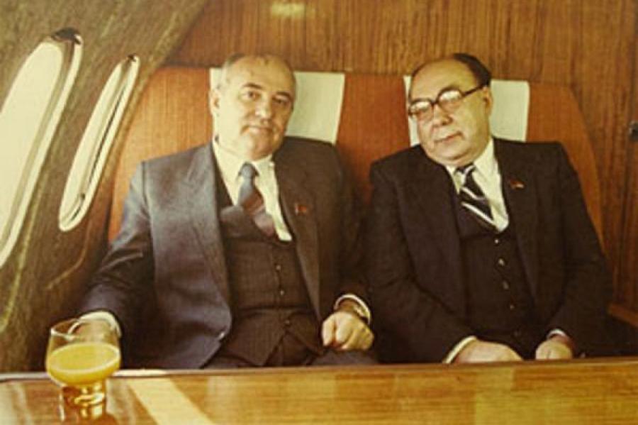 Как Горбачёв и Яковлев —на тот момент посол СССР в Канаде, «исчезли с радаров», пропав в Канаде...