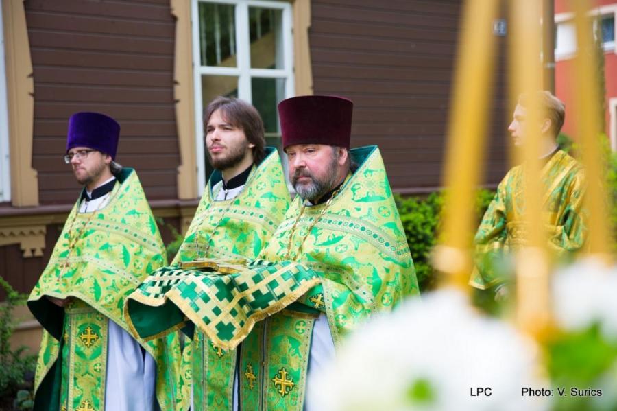Отец Иоанн Платинский ( в центре).