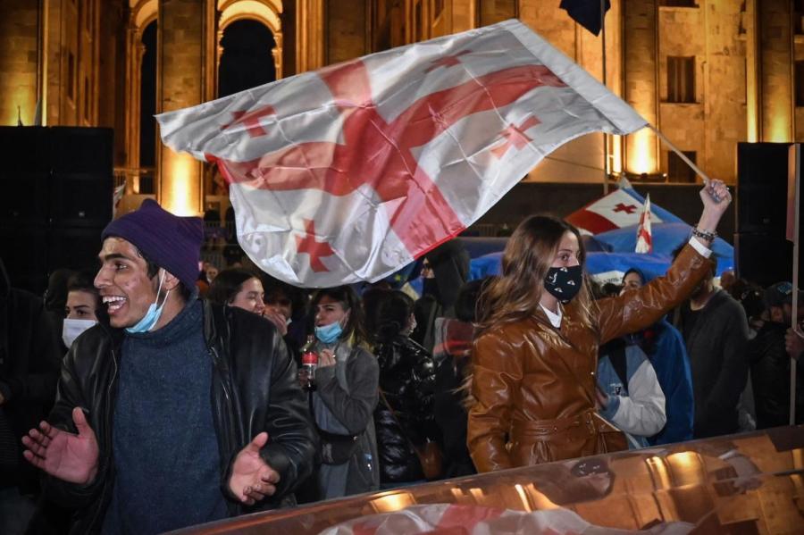Демонстрация в Тбилиси против ковидных запретов.