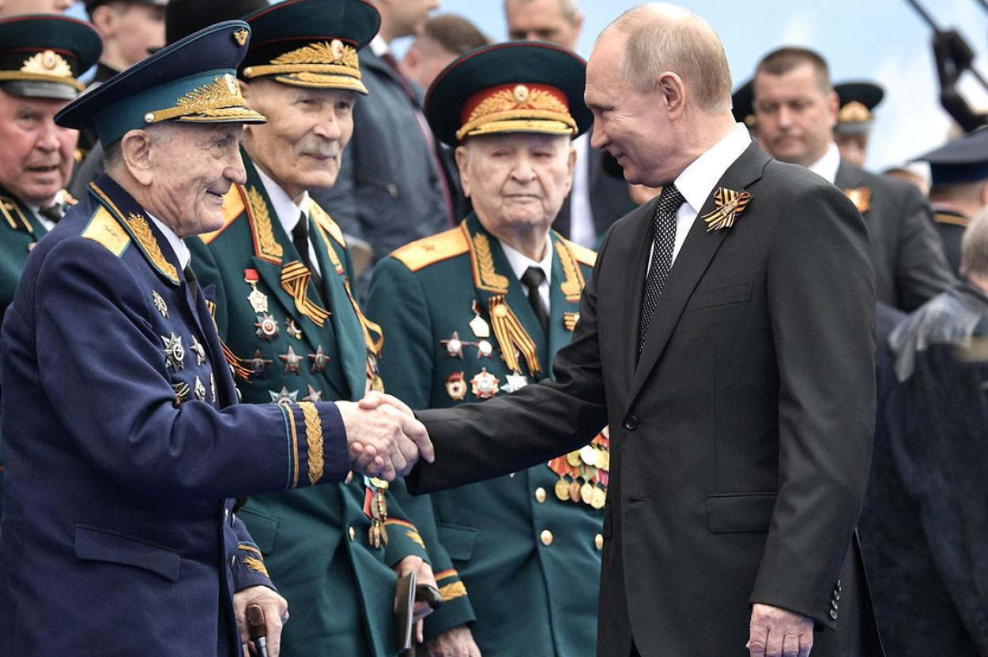 Владимир Путин с ветеранами Великой Отечественной войны (Фото: kremlin.ru)