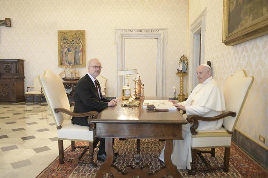 Президент Левитс и папа Франциск (папа - справа).