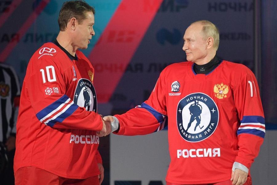 Павел Буре (слева) и Владимир Путин.