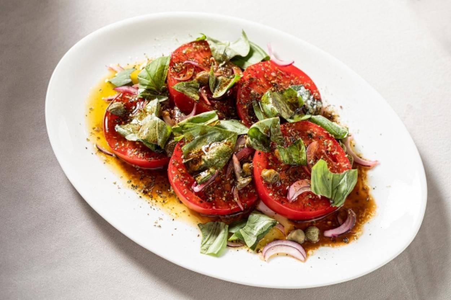 Салат из помидоров с красным луком.