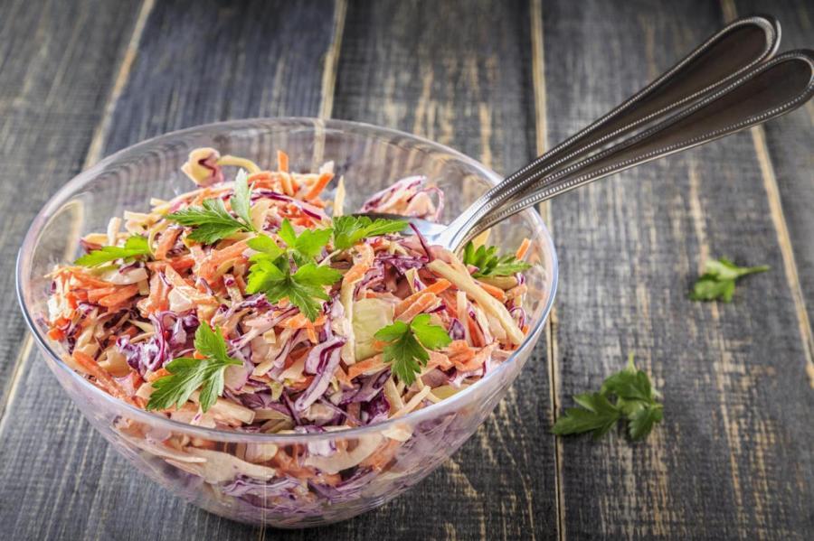 Витаминный салат из двух капуст.